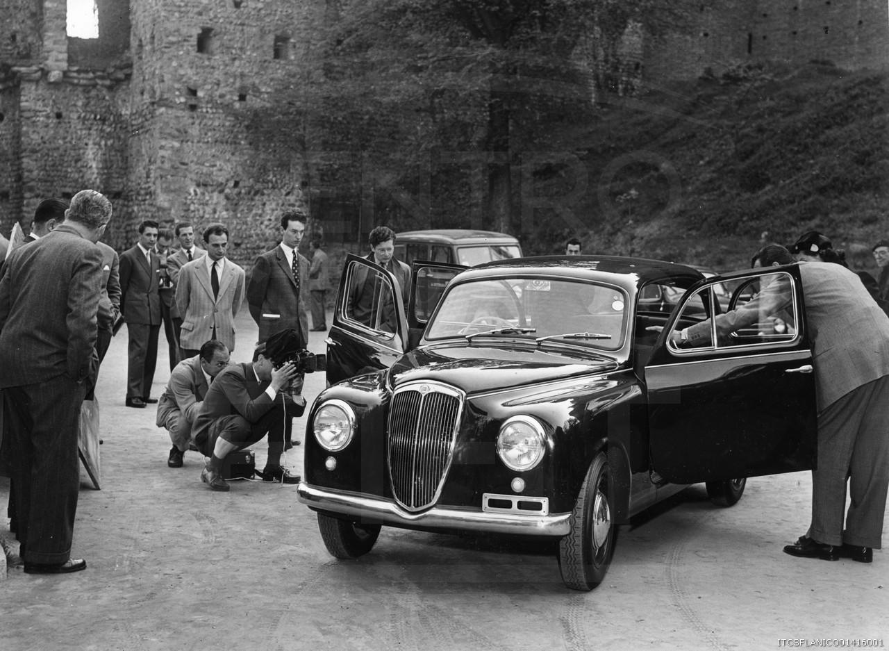Lancia-Appia-1954-aan-de-perst-getoond-in-Turijn-