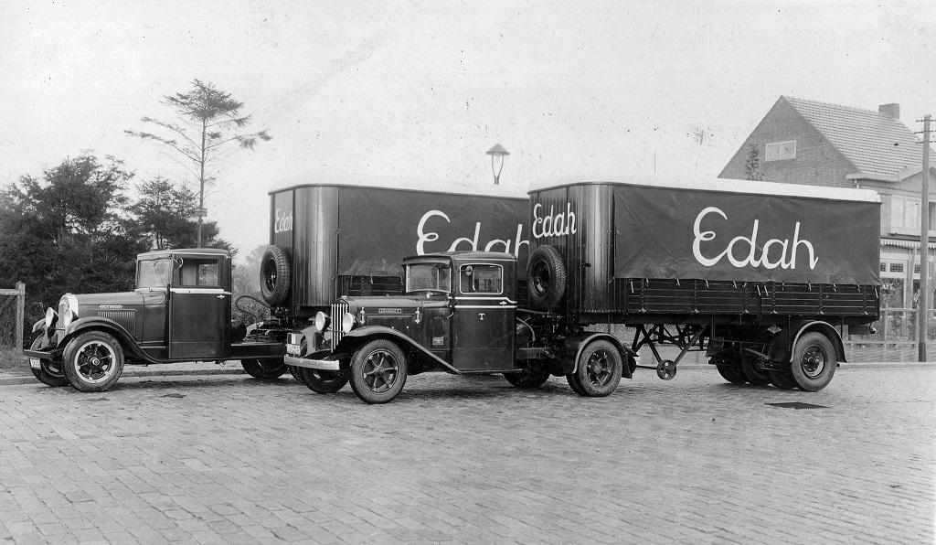 1932-Willys-Overland-en-Diamond-T--Importeur-Beers--met-nieuwe-DAF-opleggers-voor-Edah-