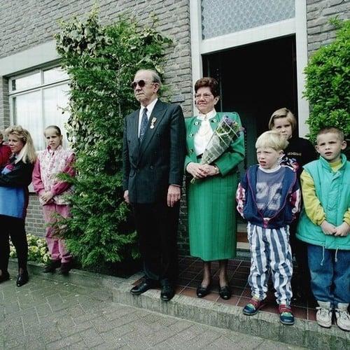 Hier-krijgt-Jan-Verhaegh-uit-Deurne-een-lintje-van-Beatrix-1992-