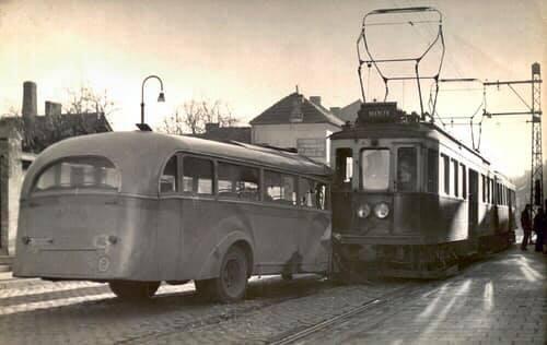 17-2-1952--Holzstraat-ter-hoogte-van-huisnummer-84-De-chauffeur-van-de-IAO-bus-werd-verblind-door-de-zon-en-overzag-de-tram--