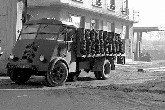 Renault-AHM-1951-Camion-6-Cyllinder-
