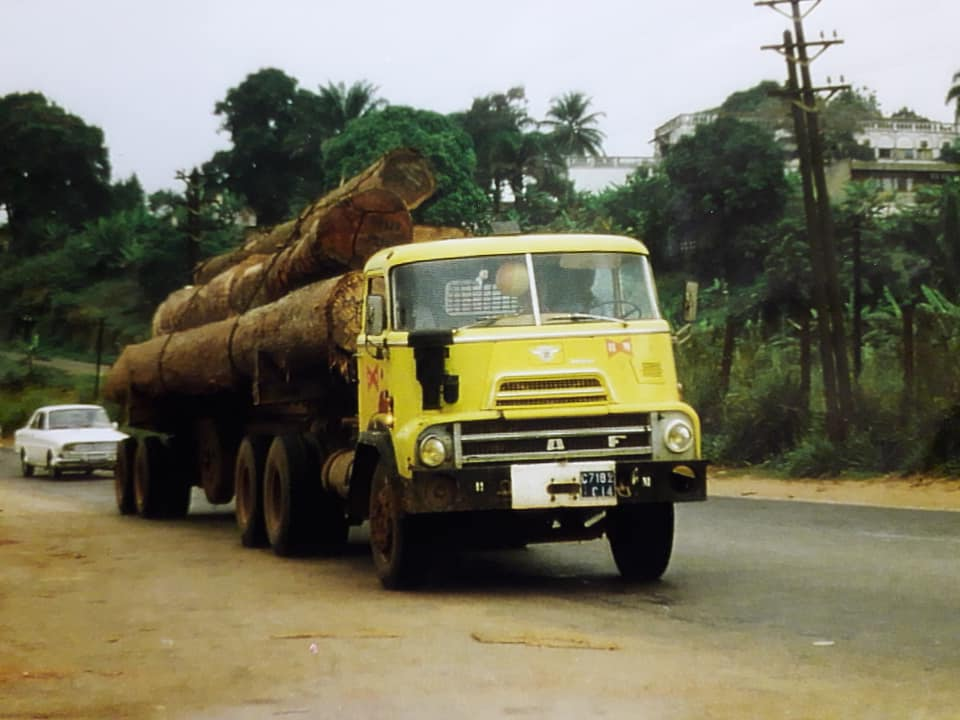 DAF-DO-in-de-bomen-transport-Ivoorkust-Hans-Koning-archief-(3)