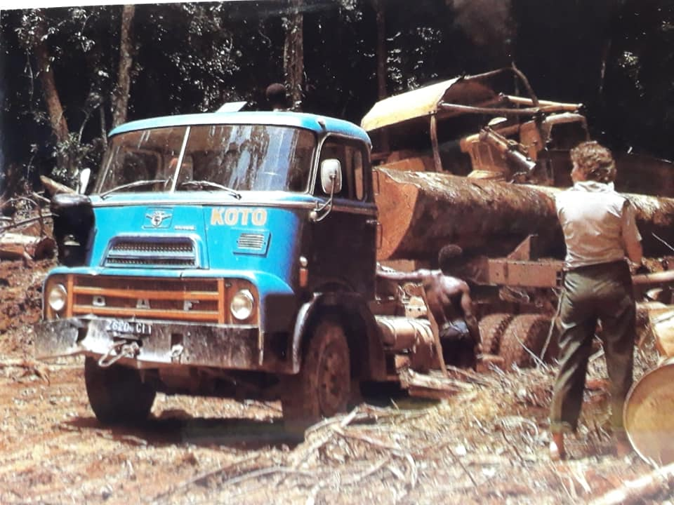 DAF-DO-in-de-bomen-transport-Ivoorkust-Hans-Koning-archief-(5)