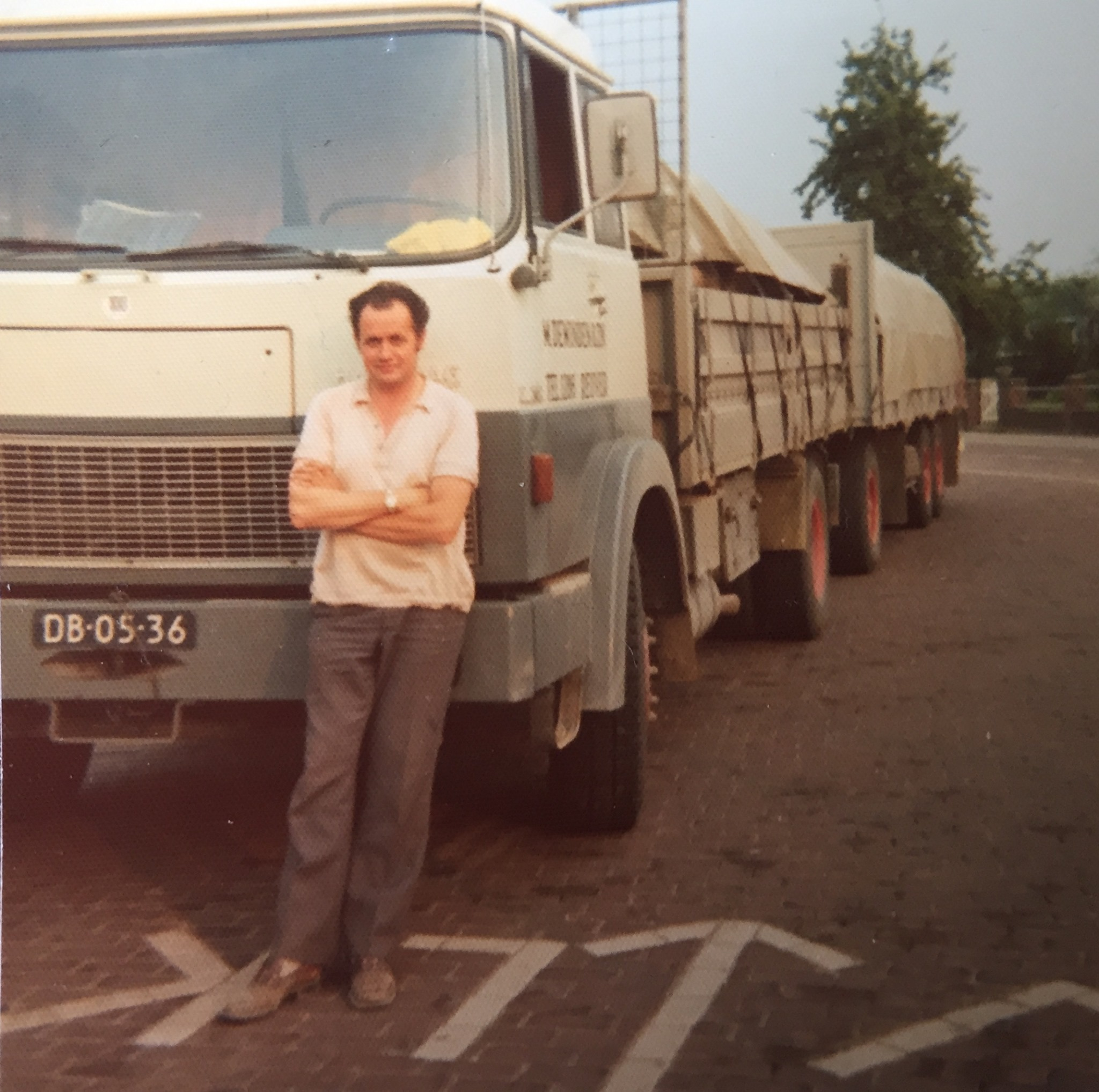 1975-Grens-Tegelen-geladen-charmot-voor-de-steenbok-Reuver-Chauffeur-Ton-Verdellen