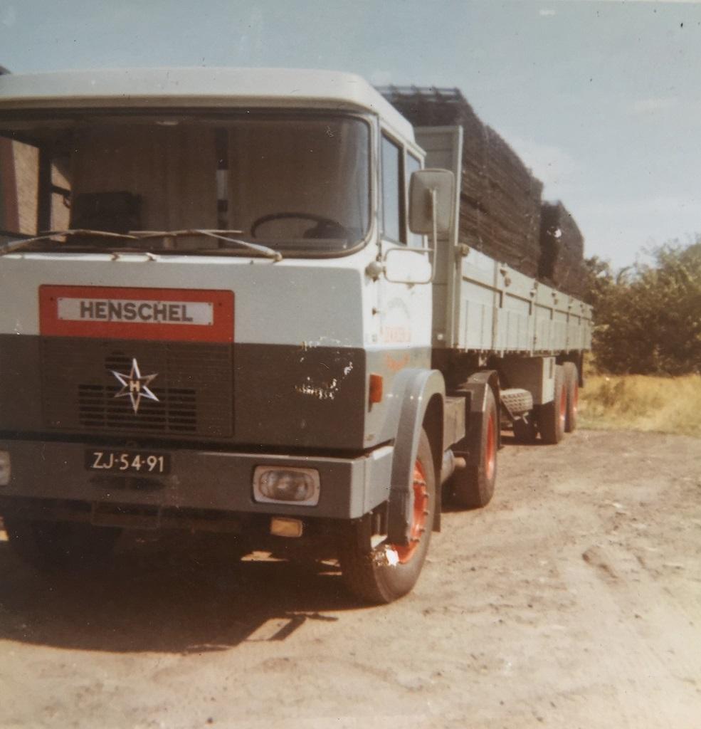 Henschel-1971-Broeklaan-met-vlechtmatten-van-Arbed-Roermond--