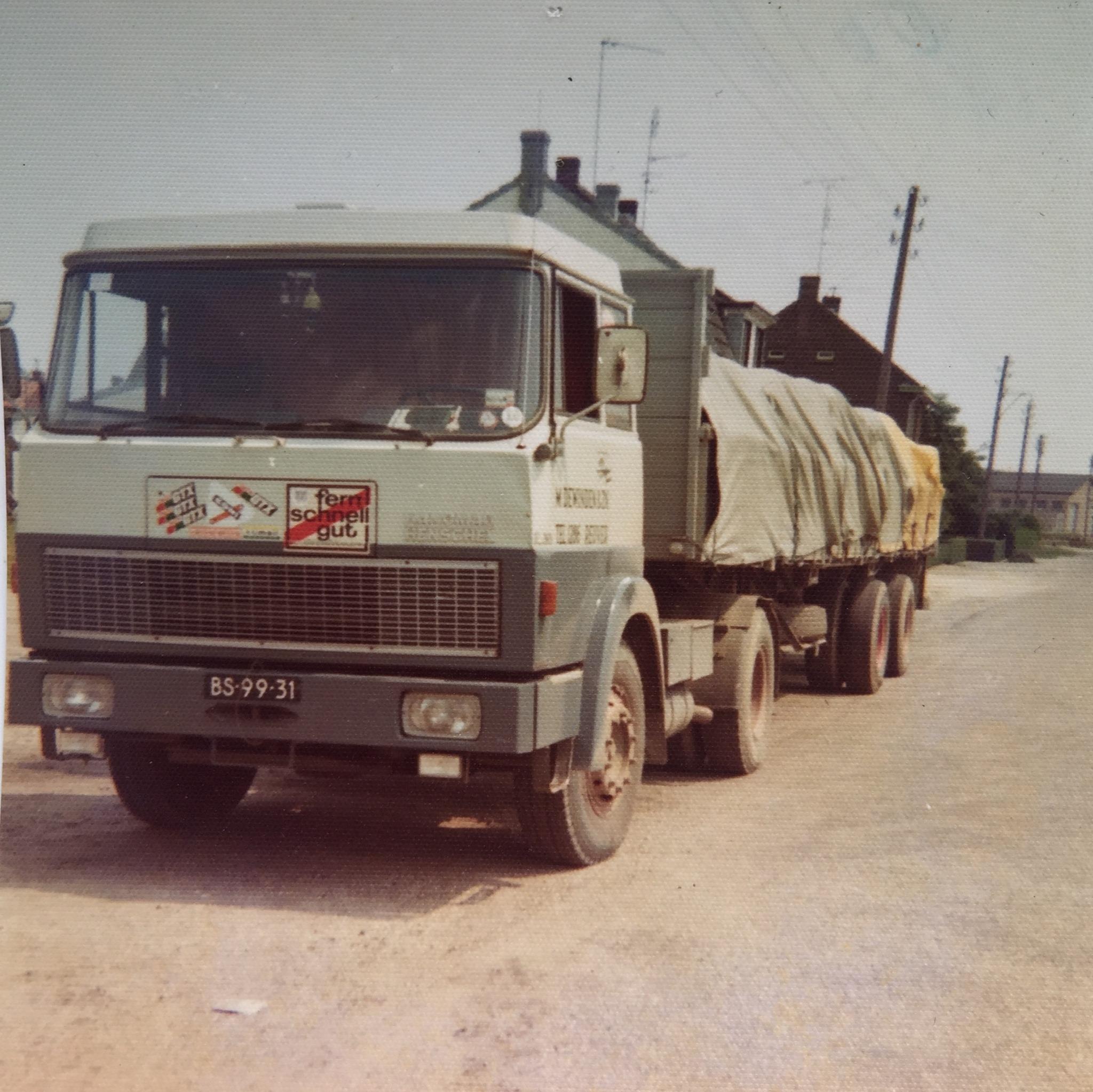 Henschel-Hanomag-Broeklaan-1975-Jan-vd-Heuvel-gelade-met-charmot--