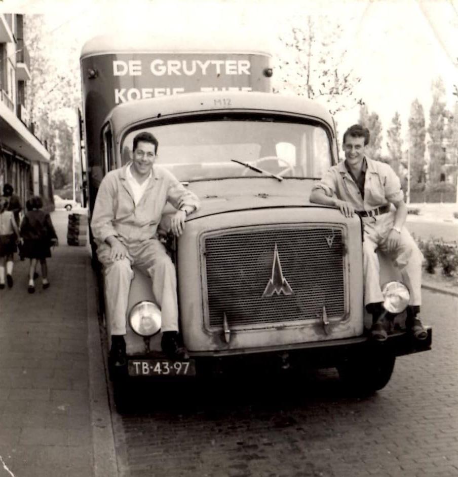Links-Chauffeur-en-vader-Van-de-Grint-met-Leo-Couwenberg-jaren-60-foto-zoon-Harrye-