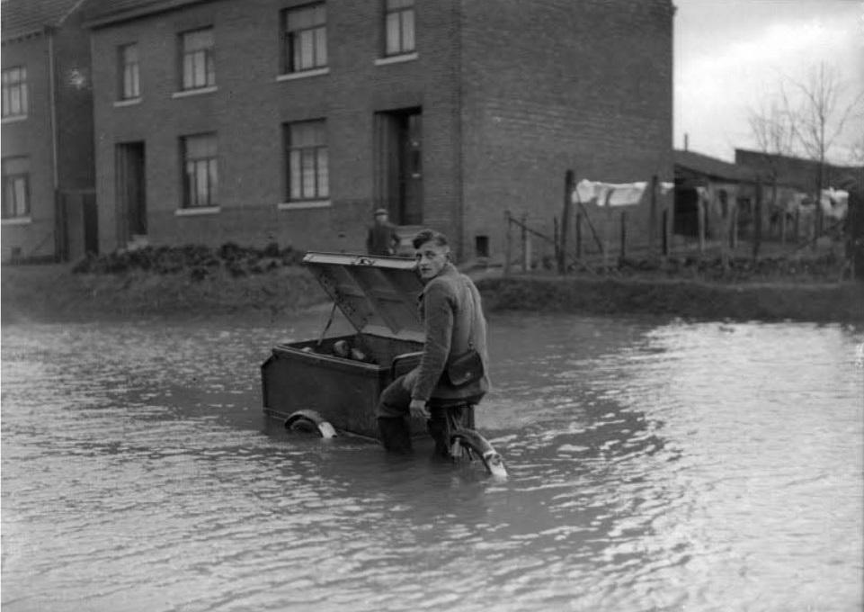 1937-het-moet-doorgaan-ondanks-hoog-water-in-Heugem--Bertus-Overhof-