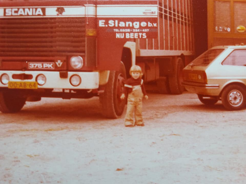 De-jongste-spruit-van-de-familie-inspecteerd-de-141-of-die-wel-in-goede-staat-is-teruggekeerd-op-honk-in-Nij-Beets-1979--