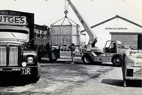 Scania-Vabis-kisten-aan-het-laden