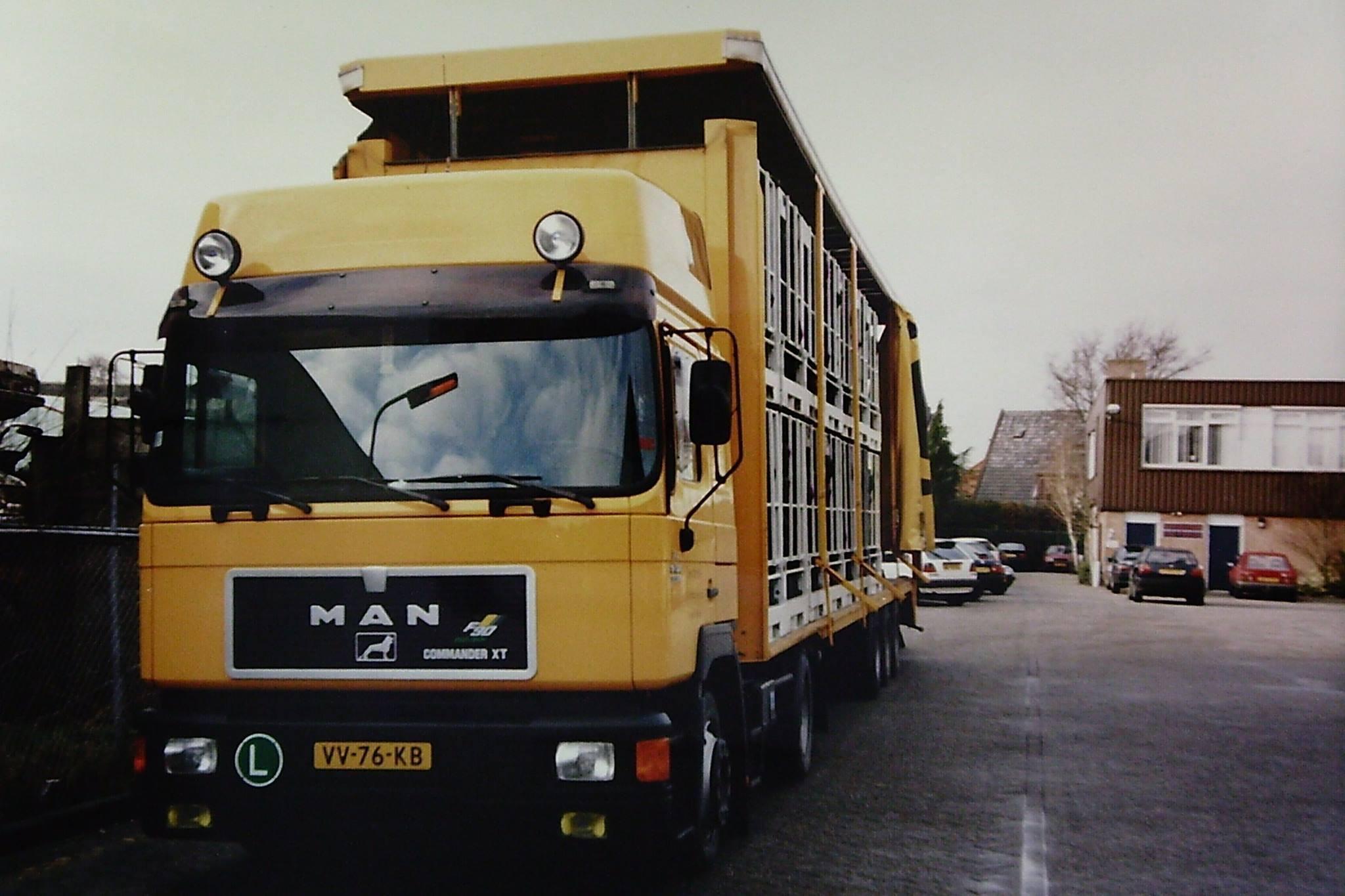 MAN-Karkassen-laden--22-KSP-pallets--11-x-2---dak-omhoog-gaat-precies-op-de-Nijverheidsweg-in-Soest--Ron-van-Nieuwenhuizen--