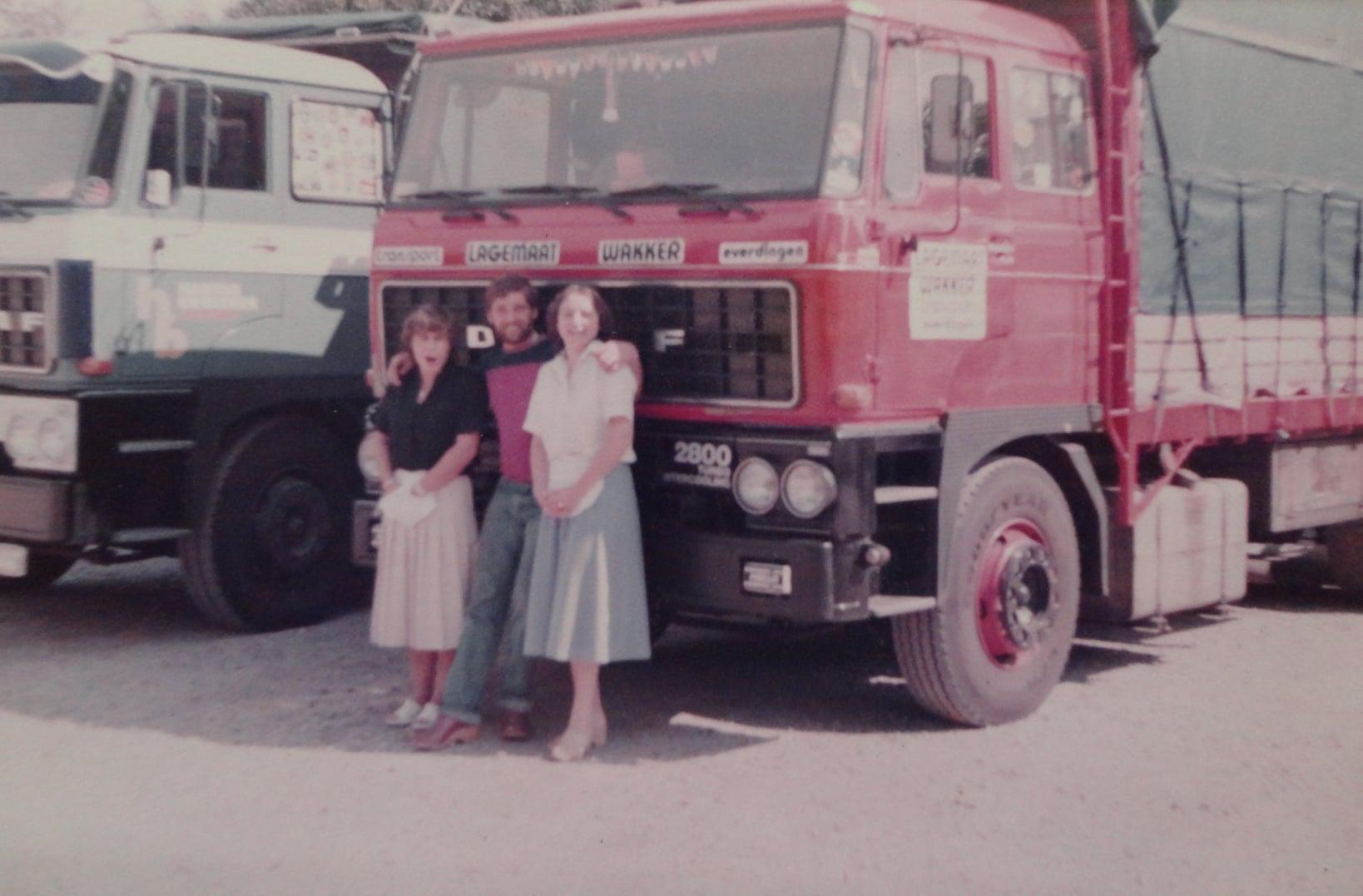 Daf--3e-foto-chauffeur-Wim-van-Straaten-met-bedienend-personeel-van-de-Tos-in-Weert-links-Irma-rechts-Ingrid-laatste-foto-thuis
