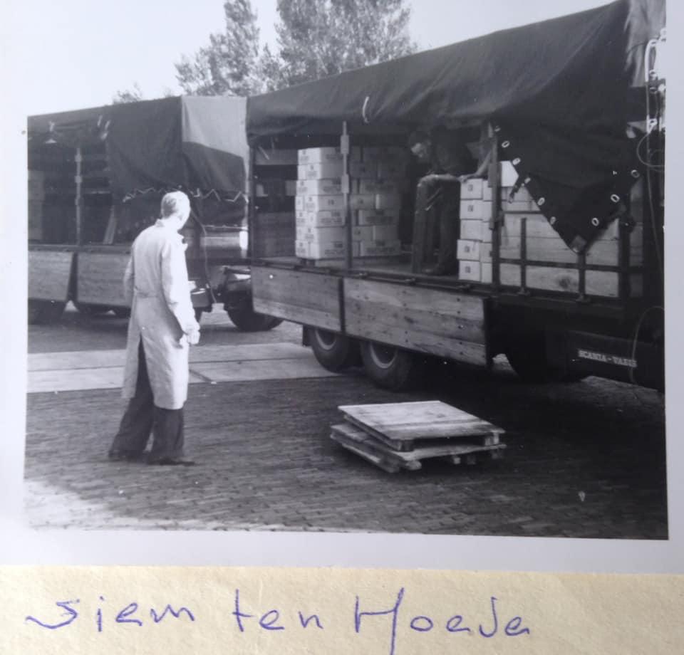 1100-dozen-gecondenseerde-melk-laden-bij-Hollandia-Purmerend-chef-van-de-afdeling-hield-een-oogje-in-t-zeil