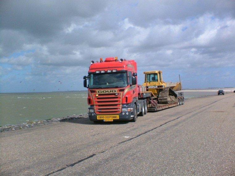 Scania-met-dieplader-en-Cat
