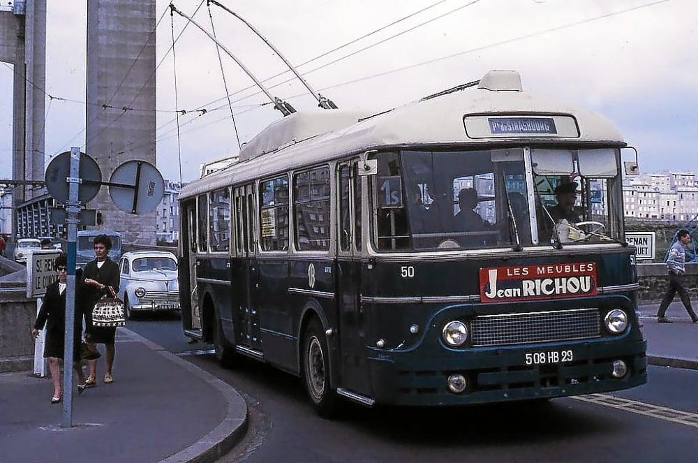 Bretagne--De-stad-Brest-in-1966--Toen-de-trolleybus-de-stad-regeerde