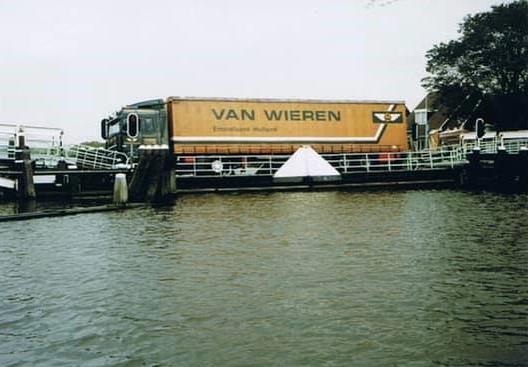Foutje-Vlotbrug-Burgervlotbrug-en-een-beetje-te-zwaar---Henk-Veltrop-foto-(1)