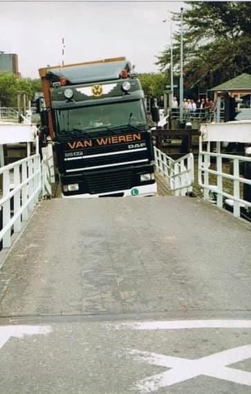 Foutje-Vlotbrug-Burgervlotbrug-en-een-beetje-te-zwaar---Henk-Veltrop-foto-(2)