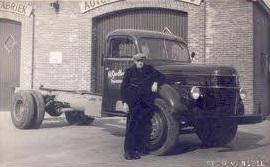 0-Oprichter-Dieks-Grolleman-voor-de-1e-nieuw-gekochte-Volvo-in-1952