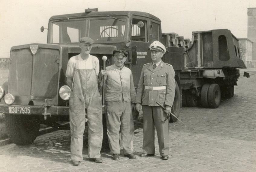 trekker-van-Kiel-Howaldtswerke-AG--Het-gebouw-op-de-achtergrond-staat-vandaag-nog--Er-is-vandaag-ook-een-hal-waar-ik-in-werk-ongeveer-rechts-van-de-trailer-nog-steeds