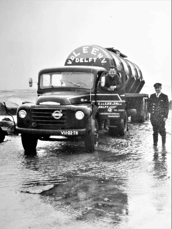 Volvo--Jaap-Zwaan-afval-zoutzuur-gelost-in-Hoek-van-Holland-onder-toezicht-van-Rijkswaterstaat,-leges--5-gulden-(1)