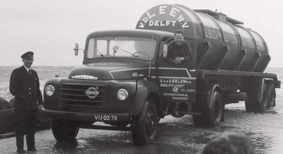 Volvo--Jaap-Zwaan-afval-zoutzuur-gelost-in-Hoek-van-Holland-onder-toezicht-van-Rijkswaterstaat,-leges--5-gulden-(2)