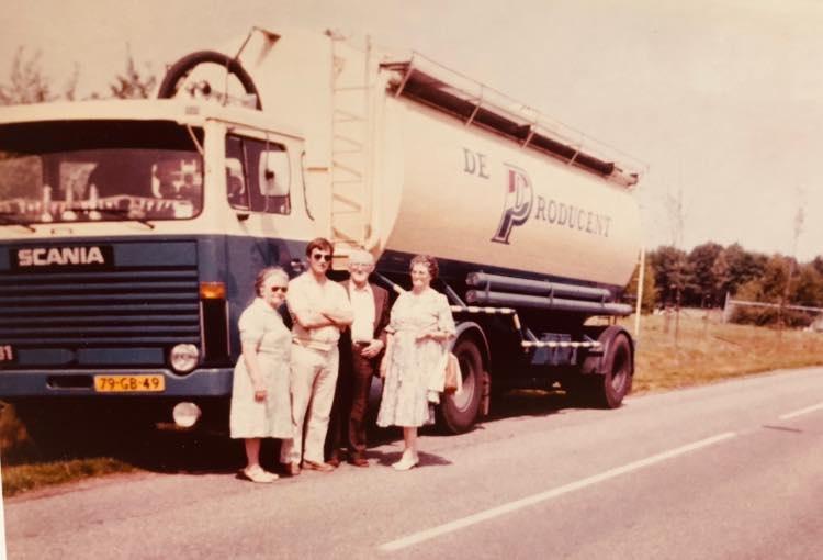 Mijn-vader-Niek-Buchner-met-zijn-moeder-en-schoonouders-bij-zijn-Scania--Nico-foto-archief