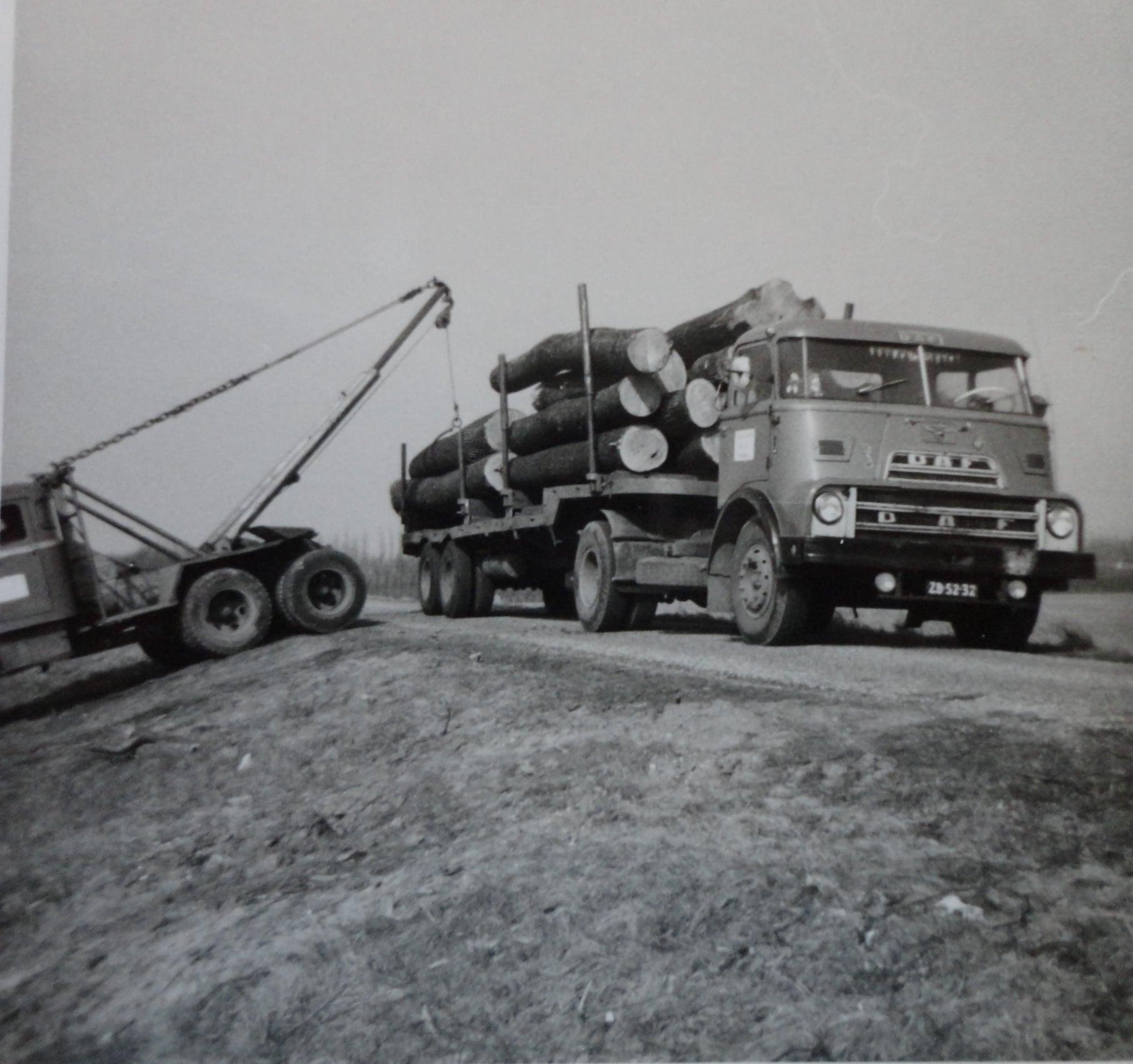 Jan-Groen-foto---laden-met-eigen-kraanwagen-chauffeur-Wim-van-Straaten--(1)