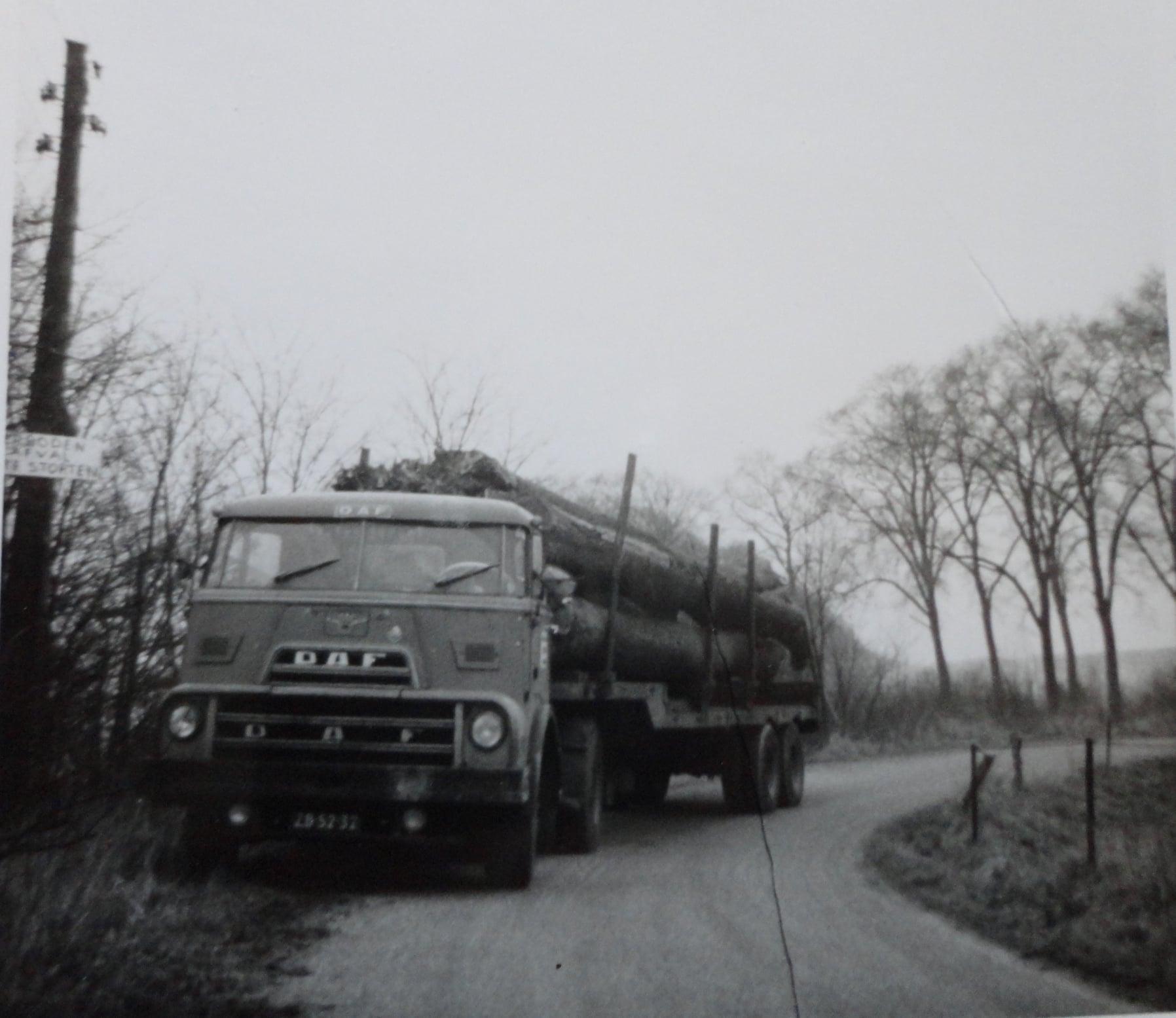 Jan-Groen-foto---laden-met-eigen-kraanwagen-chauffeur-Wim-van-Straaten--(2)