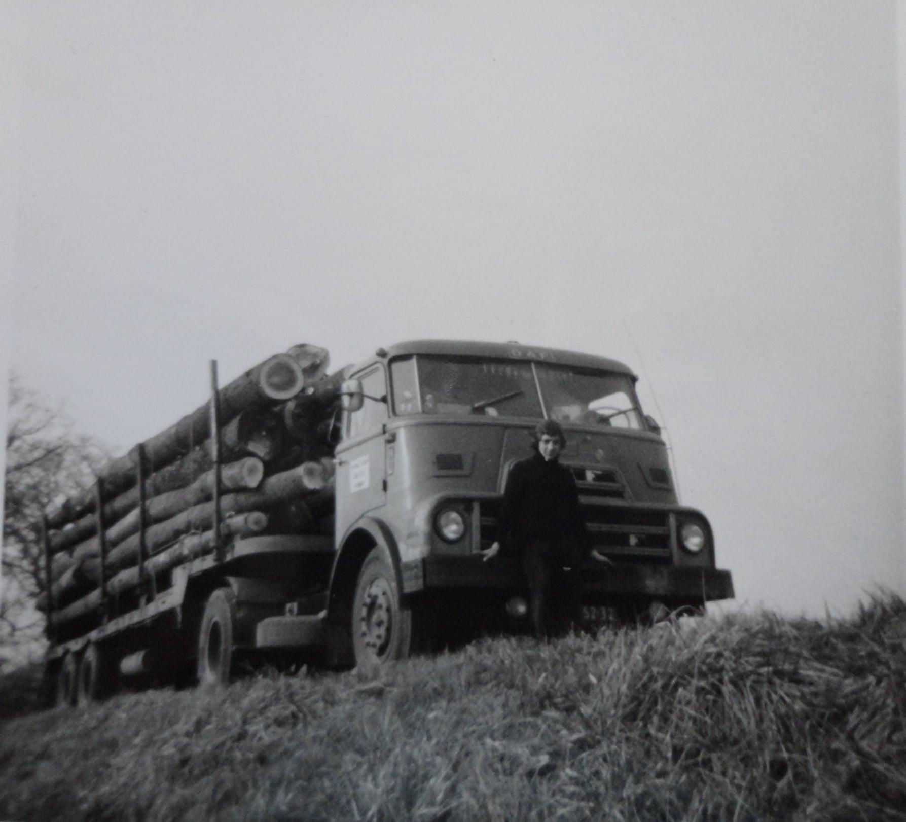 Jan-Groen-foto---laden-met-eigen-kraanwagen-chauffeur-Wim-van-Straaten--(3)