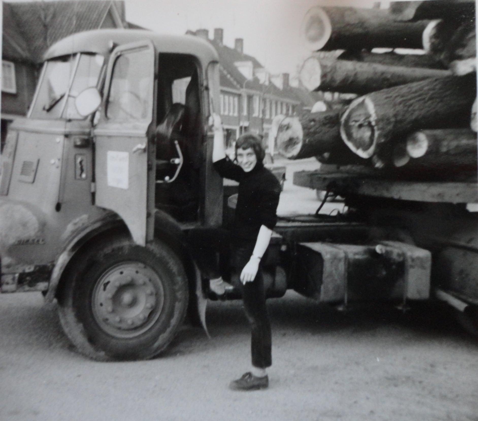 Jan-Groen-foto---laden-met-eigen-kraanwagen-chauffeur-Wim-van-Straaten--(4)