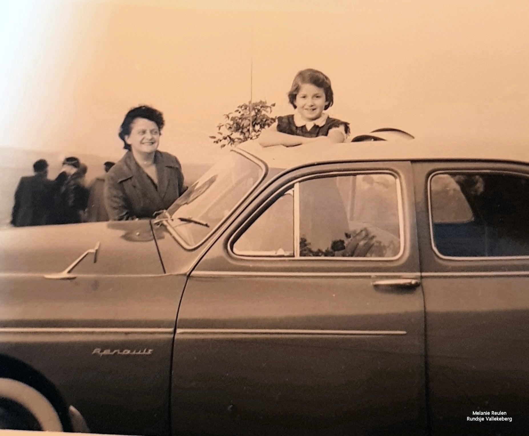 oma-Mila-Corbey-en-ik-in-1958-op-de-foto-met-een-nieuwe-Renault-Fregat