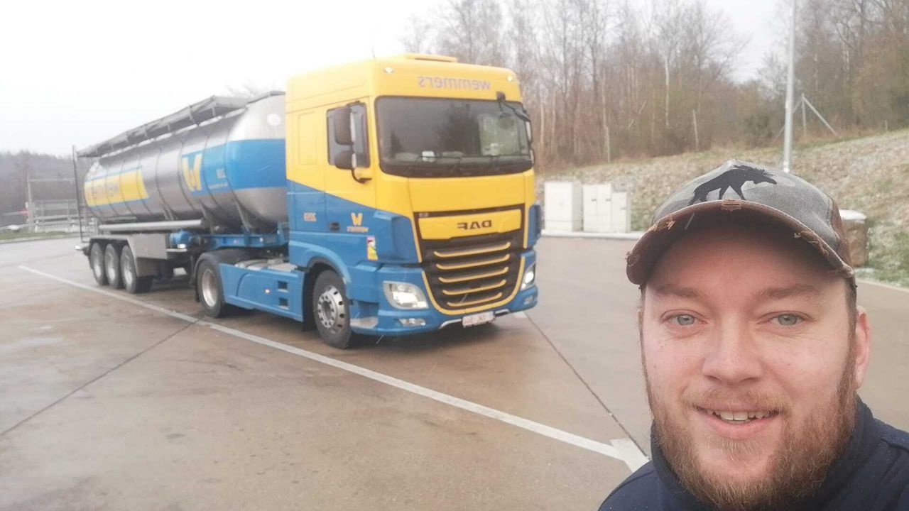 E314-topper-beschermd-met-zijn-vrachtwagen-een-peuter-en-vader-met-zijn-vrachtwagen-7-4-2021