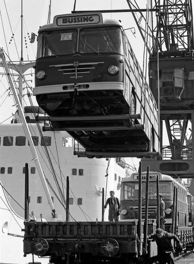 Bussing-bussen-in-de-haven-van-Hamburg-bestemming-Zuid-Amerika