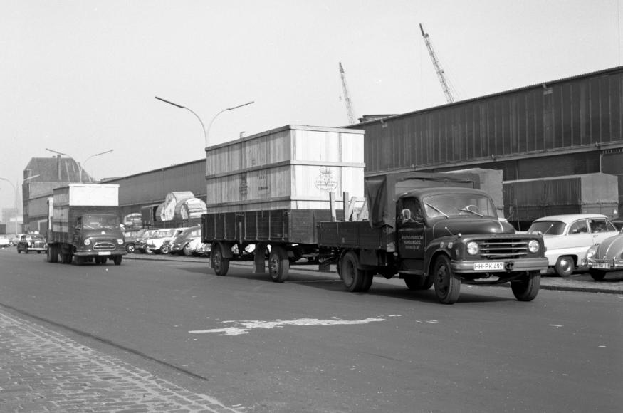Hanomag--De-rederij-Griebel--Mahnke-levert-exportkisten-met-twee-Hanomags-aan-de-jaren-50-loods-in-de-haven-van-Hamburg