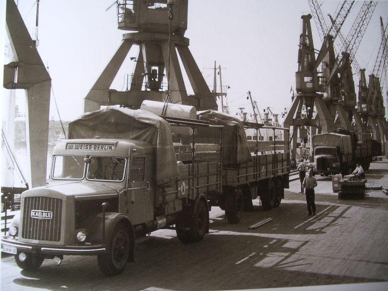 Kaelble---In-de-haven-van-Hamburg-wordt-een-combi--van-het-Berlijnse-expeditiebedrijf-Weiss-geladen-met-papierrollen