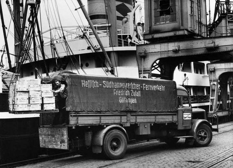 Kaelble-van-rederij-Zufall-in-Göttingen-tijdens-het-laden-in-de-haven-van-Hamburg-1954