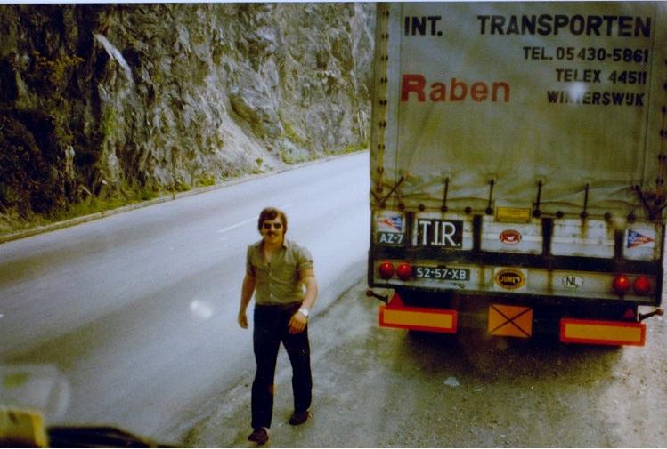 Theo-Mentink-met-de-Scania-111-met-een-andere-lettertype-naam-erop-(1)