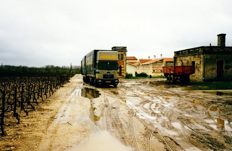 Rene-van-Veldhoven-hier-wijn-aan-het-laden-in-de-Medoc--1986-(2)