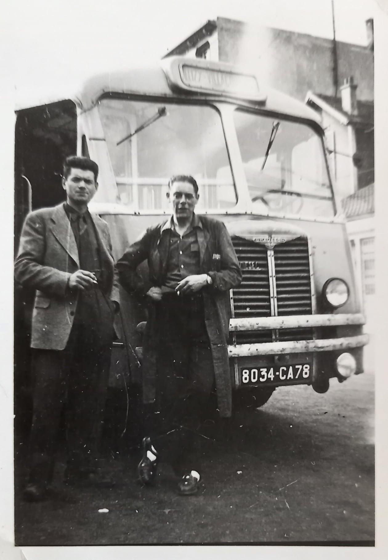 Mijn-vader-Gonthier-links-met-een-collega-van-zijn-collega-en-zijn-bus-CHAUSSON-APH-2-5-jaren-50-Cars-Louis-Gaubert-te-Viroflay--78