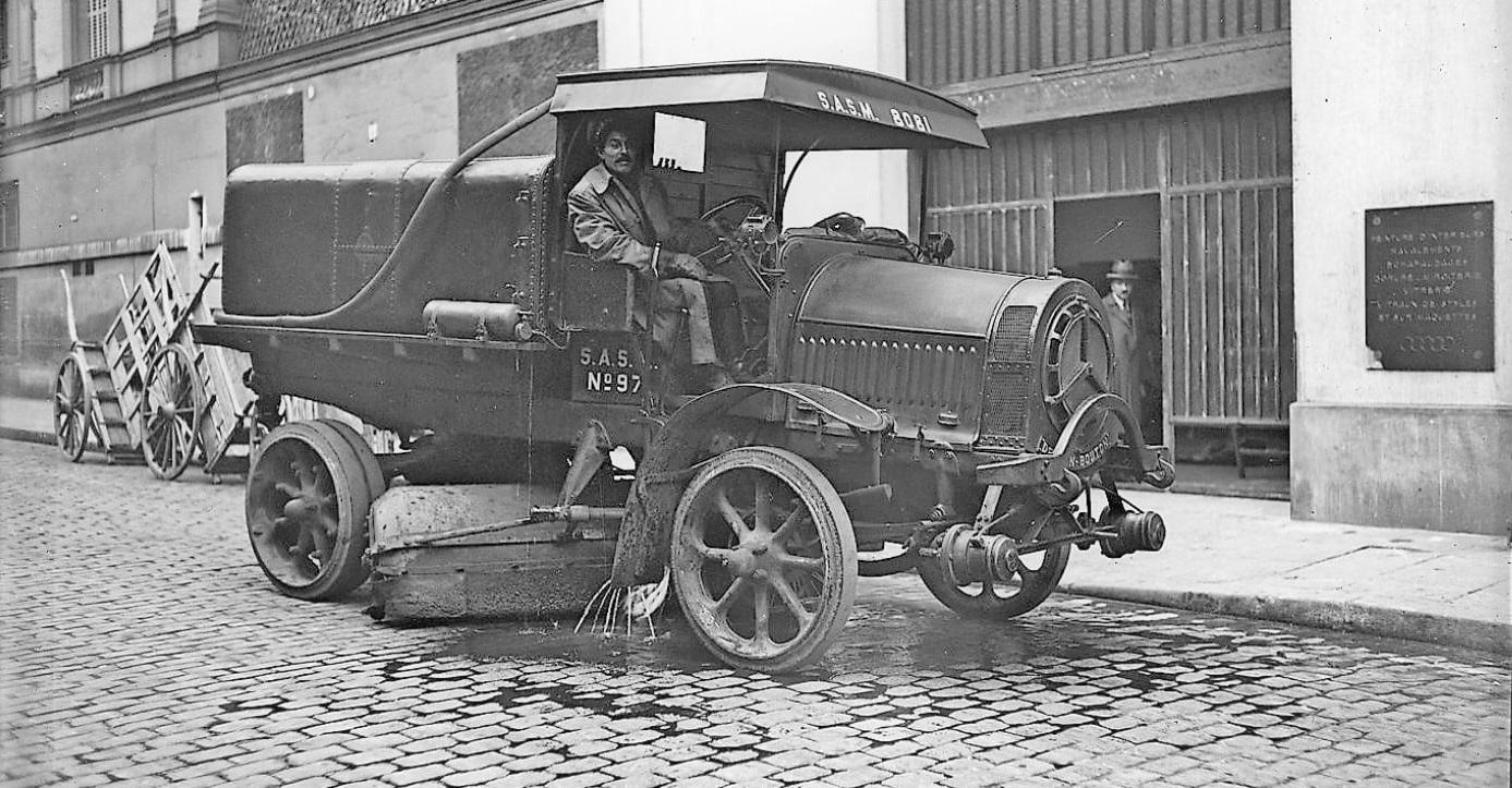 DEDION-BOUTON-voertuig-uit-de-VOIRIE-de-PARIS-1921--Een-sproeierveger