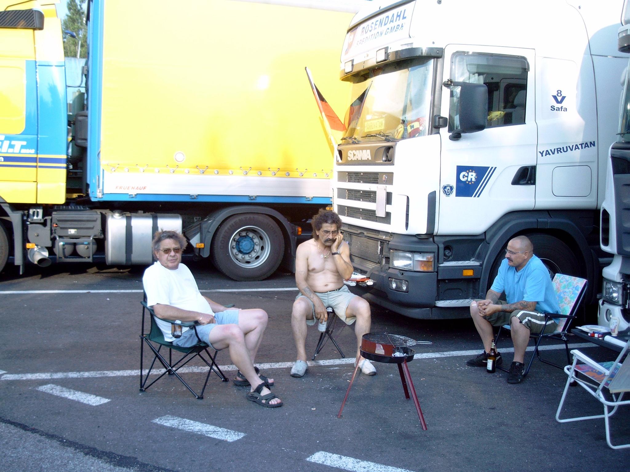Wochenende-auf-Rastplatz-in-Frankreich--Selbst-ist-der-Mann