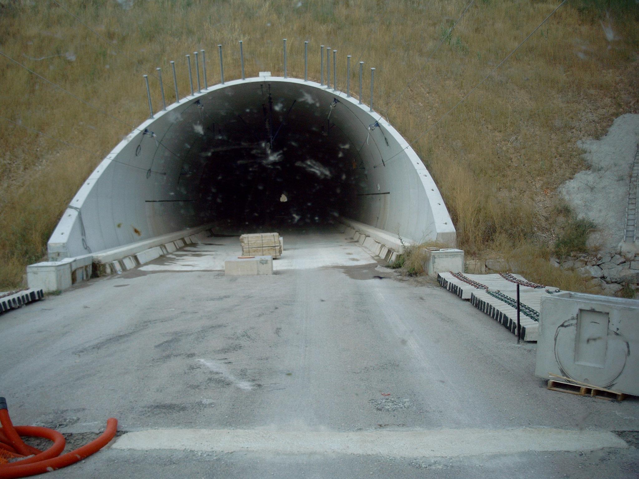 Zufahrt-zum-Tunnelneubau--Anliefern-von-Eisenbahnschwellen-(10)