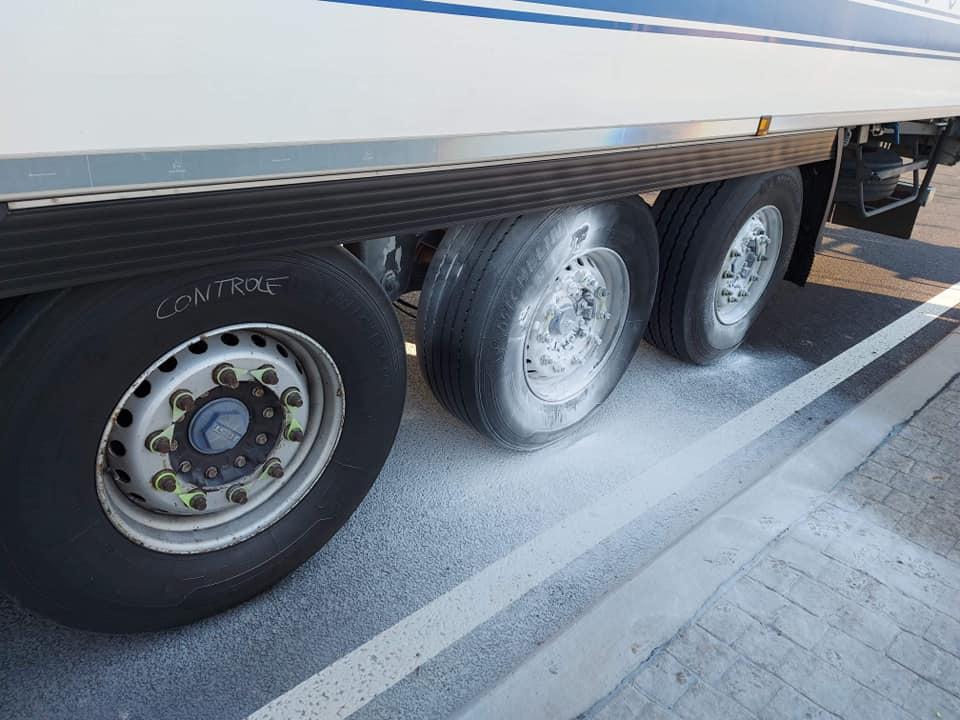 Chauffeur-had-het-vlug-gezien-geen-schade-aan-lading-en-weinig-aan-trailer--18-4-2021-(3)