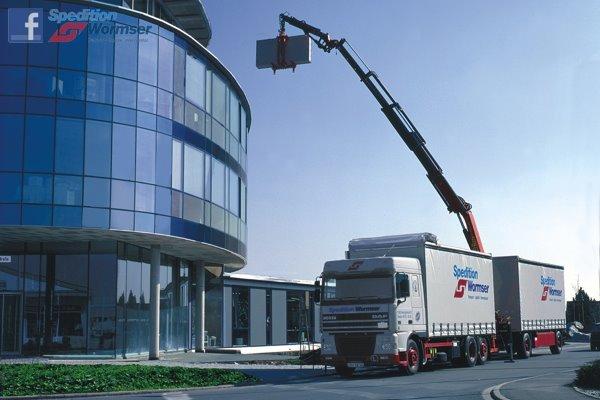 DAF--Hochkranfahrzeug-zur-punktgenauen-Anlieferung-von-Gipskartonplatten