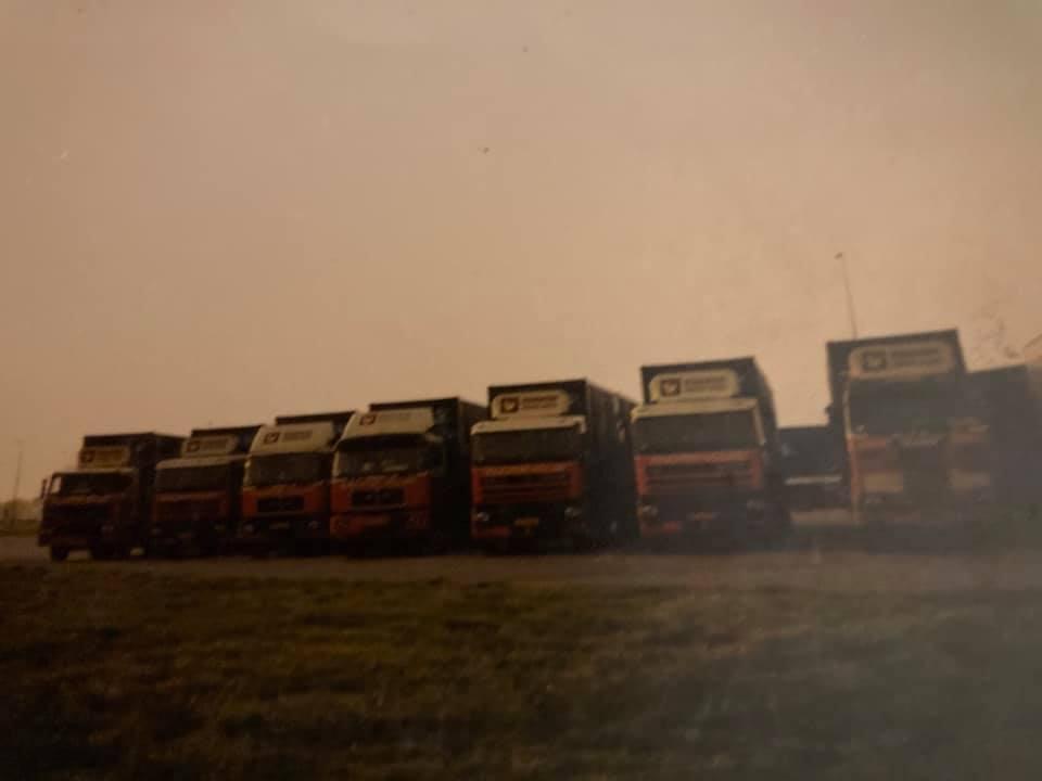 Gradus-Karts-in-1988-met-6-collega-s-de-ijsrevu-van-Holiday-ophalen-voor-Rotterdam-(2)