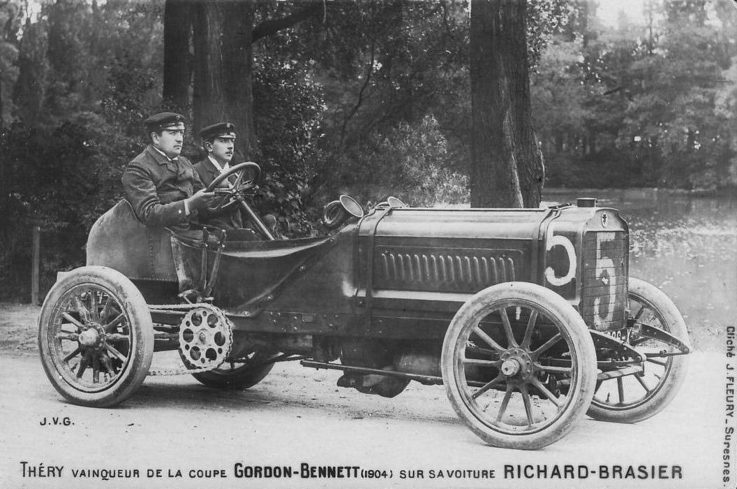 Leon-Thery,-winnaar-van-de-Gordon-Bennett-wedstrijd-van-1904--bestuurt-een-Richard-Brasier