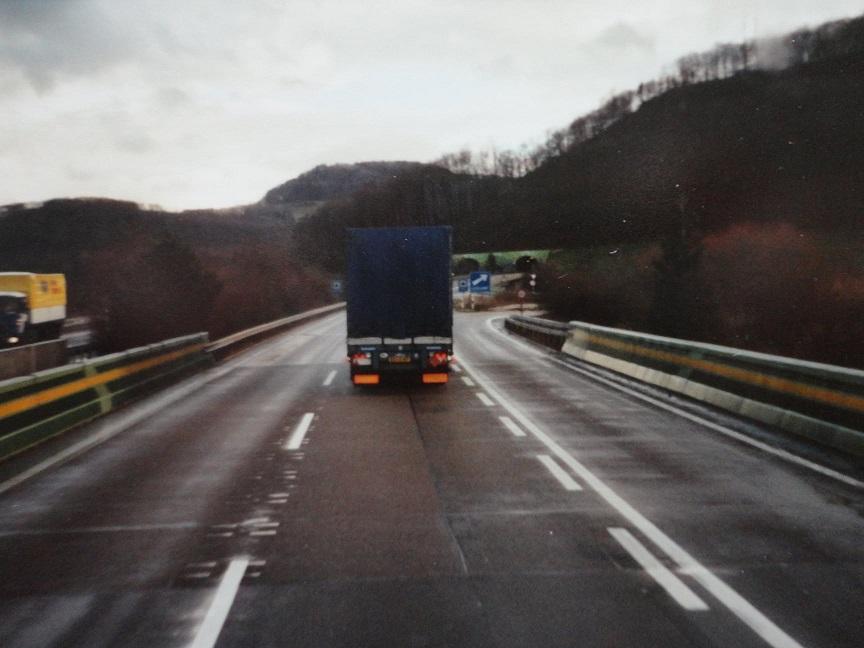 Jan-Groen-ook-internationaal-rijden-chauffeur-Wim-van-Straten-met-H-B-chauffeur-Harm-Eggers-naar-Zwitserland-om-een-vracht-karton-te-losse-(2)