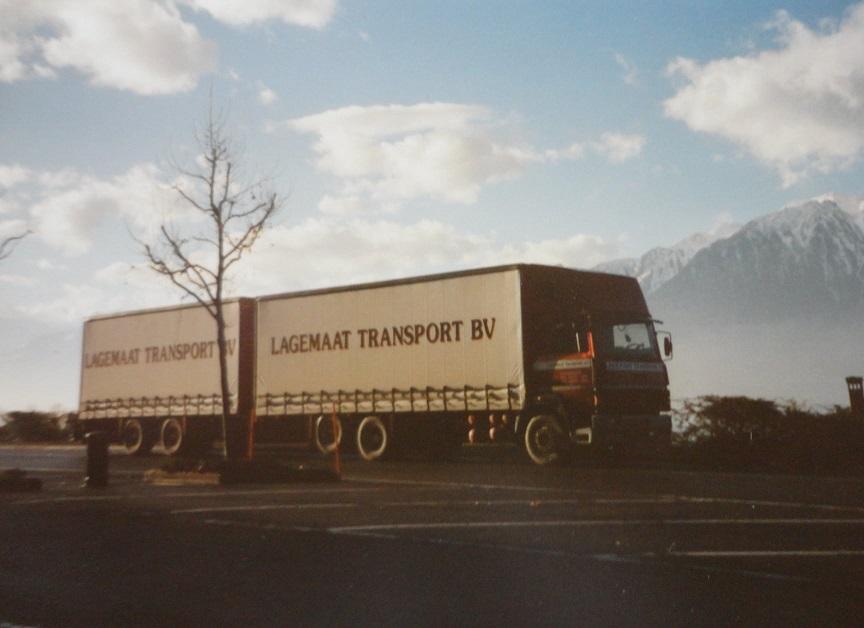 Jan-Groen-ook-internationaal-rijden-chauffeur-Wim-van-Straten-met-H-B-chauffeur-Harm-Eggers-naar-Zwitserland-om-een-vracht-karton-te-losse-(3)