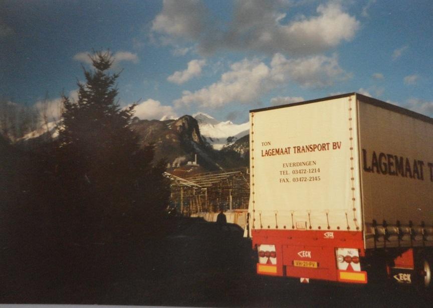 Jan-Groen-ook-internationaal-rijden-chauffeur-Wim-van-Straten-met-H-B-chauffeur-Harm-Eggers-naar-Zwitserland-om-een-vracht-karton-te-losse-(4)