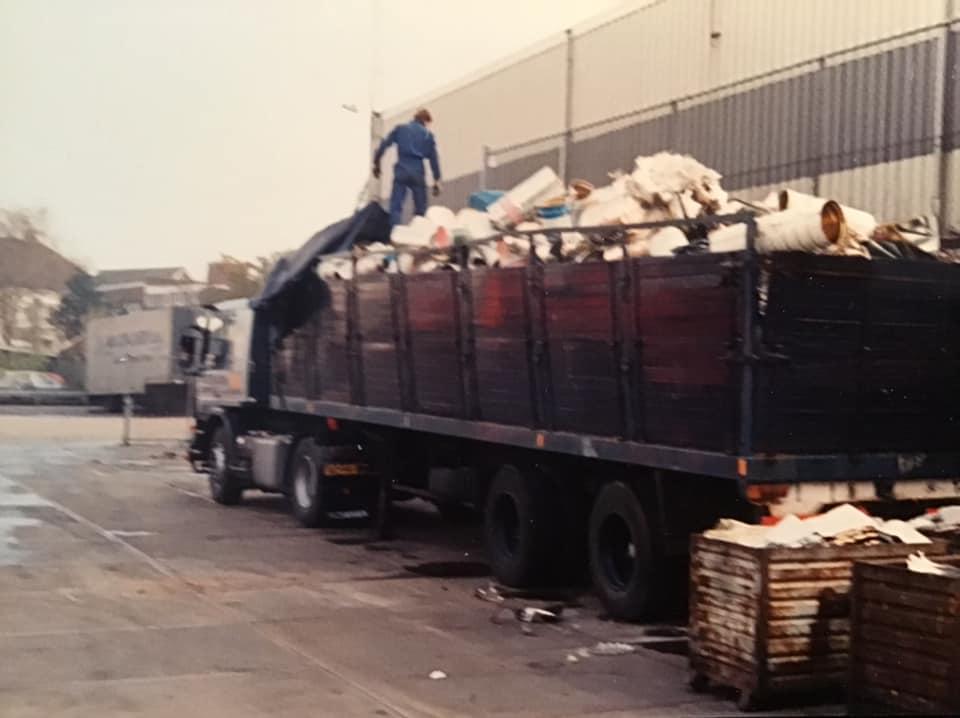 1988--oplegger-stond-bij-de-blikfabriek-Pielkenrood-in-Zaandijk---1-keer-in-de-week-moest-hij-gelost-worden-bij-NOF-Leeuwarden-Johan-Derksen-foto-(1)